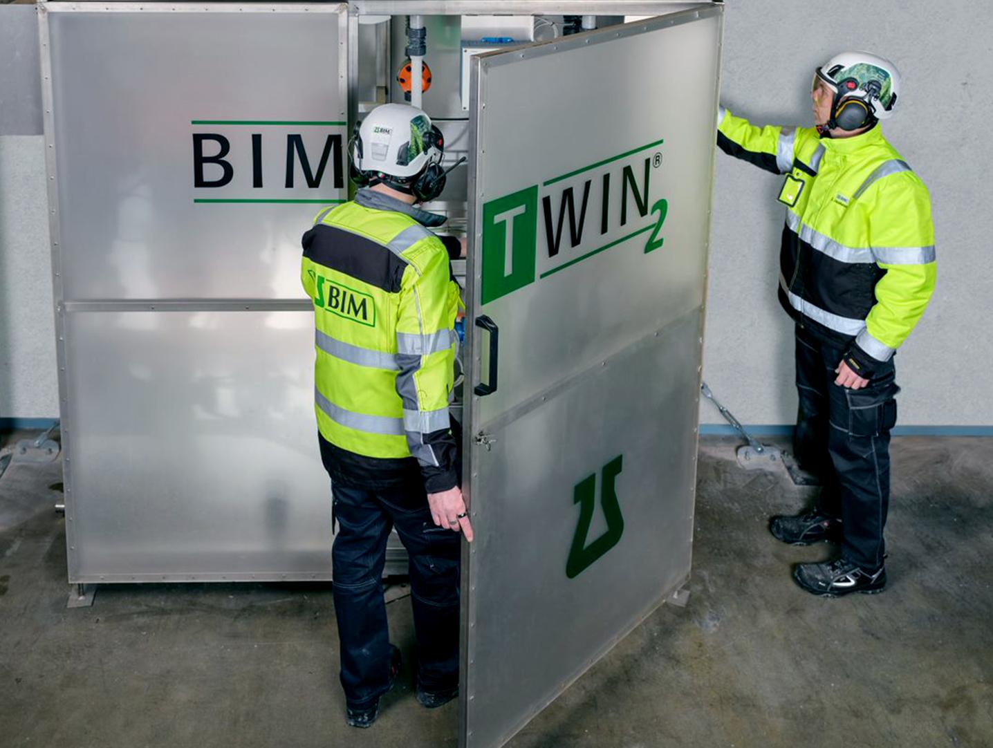 BIM Finland työntekijät valvomassa kemian prosesseja